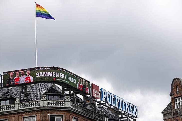 Flaget vajer over Rådhuspladsen i København. Foto: Jan Sommer