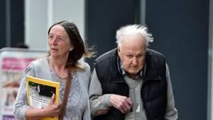 Denver Beddow ankommer til retten i Liverpool ledsaget af en unavngiven kvinde. Denvers kone Olive overlevede det voldsomme angreb og parret vil nu gerne genforenes. Foto: PA Photos