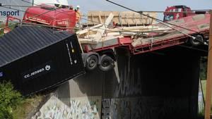 Lastbilen rev køreledninger over og havnede oven på flere af dem. Foto: Per Rasmussen