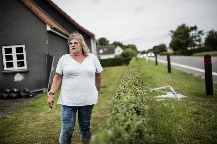 Kirsten Jensen håber, at det snart er slut med, at biler ender i hendes have eller husmur. Foto: Tim Kildeborg Jensen