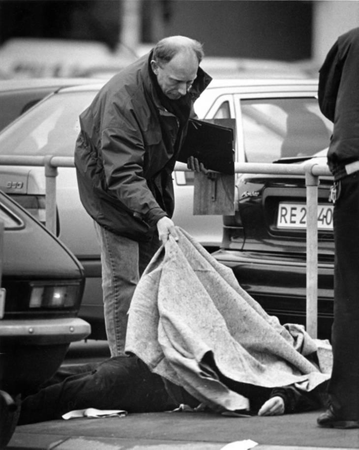 Politi ved den dræbte rocker i lufthavnen i marts 1996. Foto: Jens Dresling.