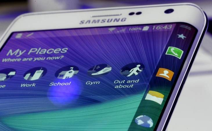 Galaxy Note Edge med det buede display i den ene side. (Foto: AP)