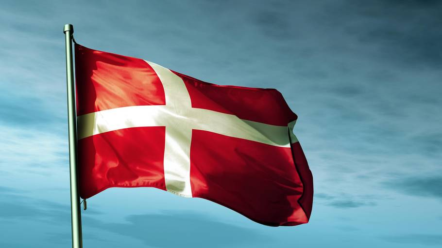 Langfredag er officiel flagdag, hvor der flages på halv stang for at markere Jesus' korsfæstelse. Påskedag er også officiel flagdag, men her flages på hel for at markere opstandelsen.
