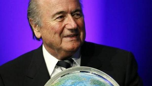 He's got the whoooole world in his hand...Sepp Blatter demonstrerer, hvordan man holder styr på hele verden på samme tid. (Foto: AP)