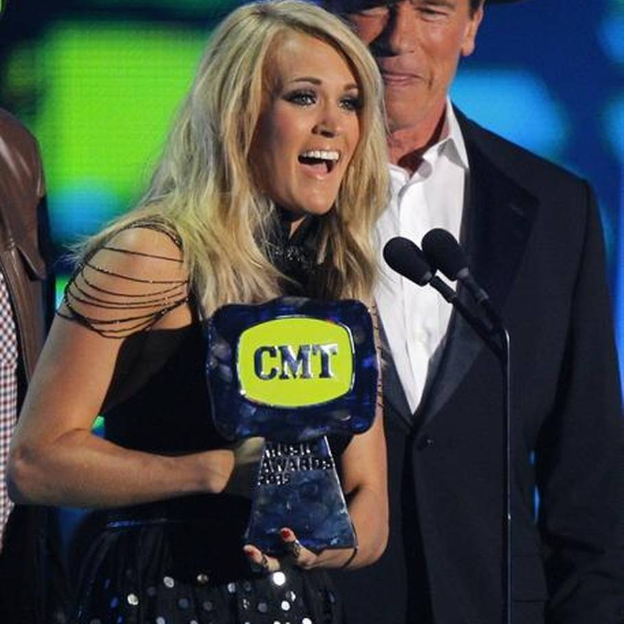 Carrie Underwood modtager prisen for årets video - Arnold Schwarzenegger overrakte den. (Foto: AP)