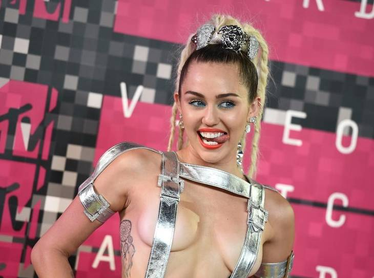 Miley Cyrus til  MTV Video Music Awards 2015. (Foto: AP)