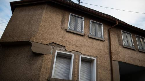To drenge på fire og fem år er blevet fundet dræbt i denne bolig, som tilhører deres far. Foto: AP