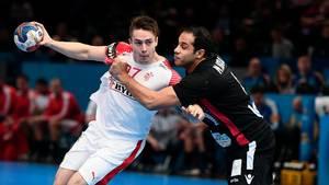 Michael Damgaard forsøger at vriste sig fri af en egyptisk spiller. Foto: Lars Poulsen