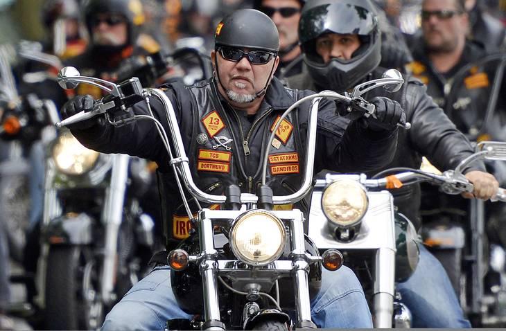 Bandidos blev stiftet i Texas, USA i 1966 og har siden da bredt sig til flere kontinenter. Her er det tyske Bandidos, der kører i begravelses-kortege for en dræbt 'bror'. Foto: Marius Becker/dpa/AP