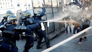 Ifølge flere medier er det hundredvis af aktivister fra venstrefløjen, der demonstrerer mod især Le Pen, men også Macron. Foto: AP