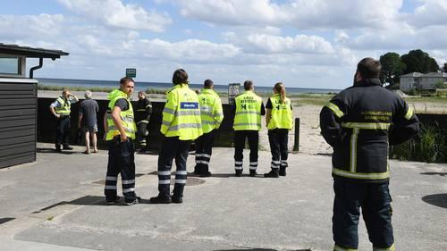 En redningsopgave ved Vedbæk Strand har medført et stort opbud af redningsfolk ved Vedbæk Havn. Foto: Kenneth Meyer