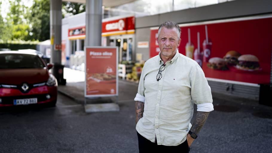 Henrik Jost på den tankstation, hvor hans 15-årige bonusdatter natten til mandag blev overfaldet. Foto: Anthon Unger