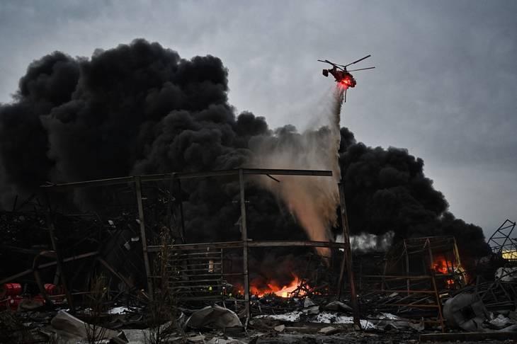 Helikoptere blev tilkaldt i forsøget på at få branden under kontrol. Foto: Lillian Suwanrumpha / Ritzau Scanpix