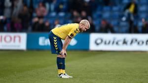 Anfører Johan Larsson ærgrer sig på ægte svensk maner gul og blå. Foto: Lars Poulsen