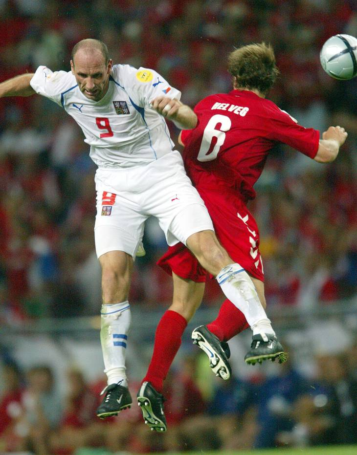To meter og to centimeter høje Jan Koller skabte masser af problemer for Danmark og kom også på tavlen i kvartfinalen i Portugal. Foto: Lars Poulsen