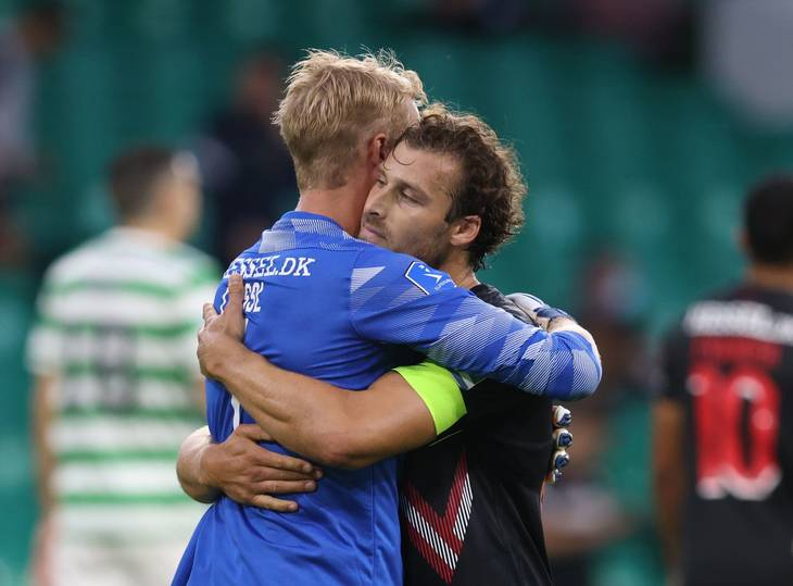Jonas Lössl og Erik Sviatchenko kunne omfavne hinanden efter det uafgjorte opgør i Glasgow. Foto: Russell Cheyne/Ritzau Scanpix