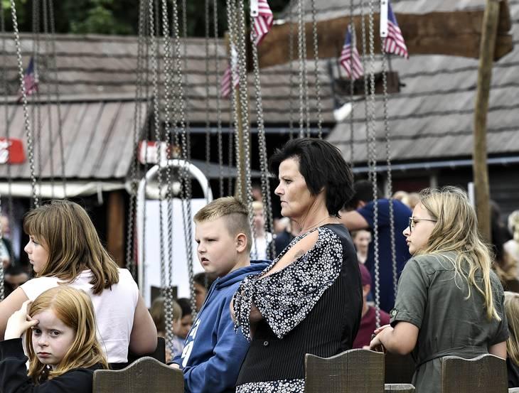 Mette Kristiansen, sønnen Julian og datteren Jamilla, i hvid skjorte med ryggen til, blev som mange tusinde andre gæster i Djurs Sommerland udfordret på deres tålmodighed, da de besøgte den populære forlystelsespark onsdag i uge 29. Foto Ernst van Norde