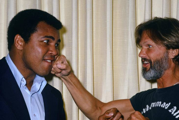 Muhammad Ali og Kris Kristofferson - to store fightere slår sig løs i 1979. Foto: All Over