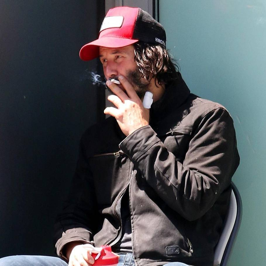 Keanu Reeves nyder en kombination af proteindrik og nikotin. Foto. All Over Press