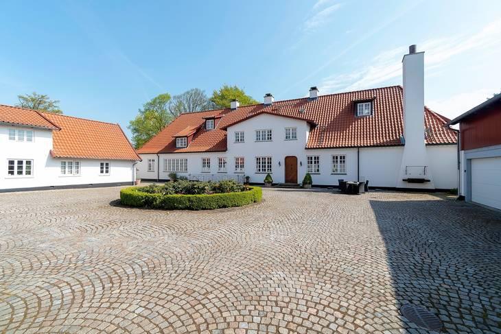 Sandbjerggaard ligger i Hørsholm, og selvom gården måske ikke ser mondæn ud, så er der bestemt ikke sparret på luksussen. Foto: Ole Lindgreen & Partner