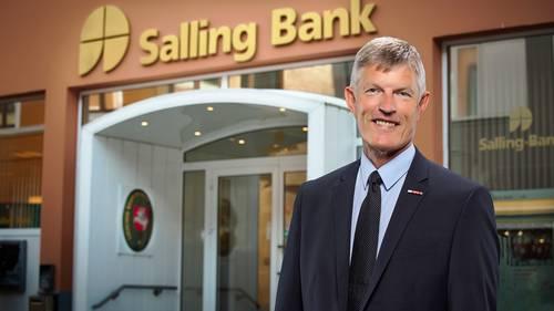 Salling Bank afviser, at der skulle være et problem: - Vi har sat den ene indtjeningsrekord efter den anden de senere år, vi har en stribe pletfrie tilsynsrapporter, og jeg har lidt svært ved at kommentere en professors alternative måde at opgøre soliditet på. Og i øvrigt opfylder vi alle nøgletalskrav, som de er opstillet fra Finanstilsynet, komfortabelt, siger Peter Vinther Christensen, adm. direktør i Salling Bank, til Berlingske. Foto: PR