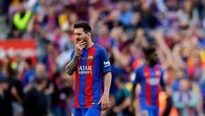 En bekymret Messi i sæsonens sidste liga-kamp for Barcelona. Nu er han også fældet af den spanske hæjesteret. Foto: AP
