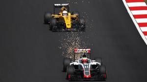 Esteban Gutierrez foran Kevin Magnussen i 2016-Formel 1-sæsonen. Gutierrez er siden skubbet ud af danskeren, men mexicaneren har nu fået nyt job. Foto: All Over