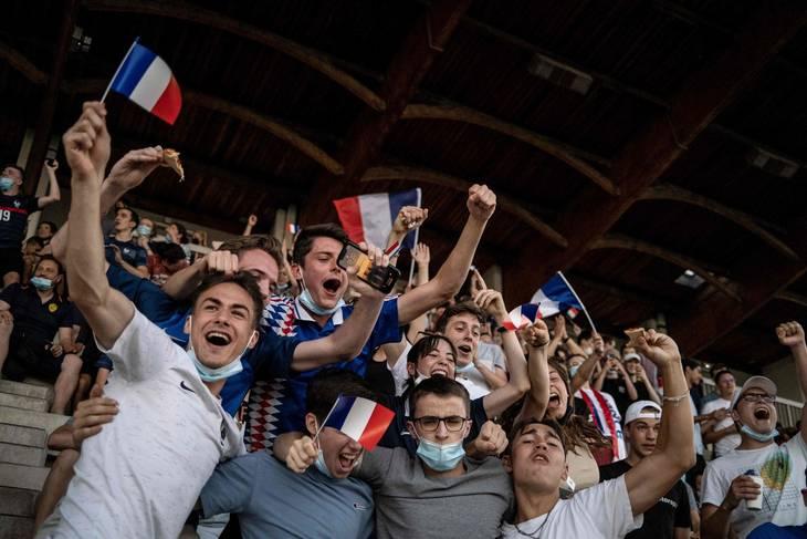 Her er en flok franske fans, der fulgte bedre med i geografitimerne. Foto: Jeff Pachoud/AFP/Ritzau Scanpix