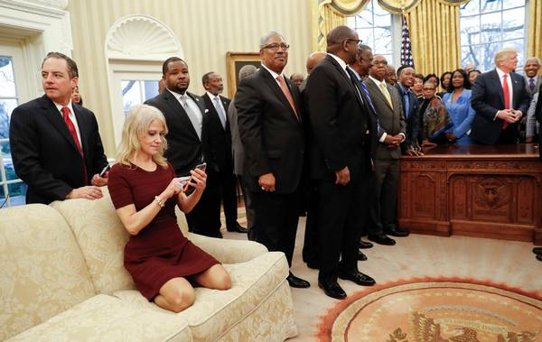Kellyanne Conway - her i sofaen i det ovale kontor. Brugte angiveligt alternative facts om mikrobølgeovne som spion-udstyr. Foto: AP