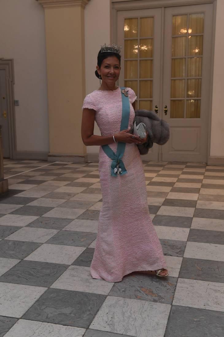 Grevinde Alexandra var i flot kropsnær kjole i babypink. Foto: Jonas Olufson