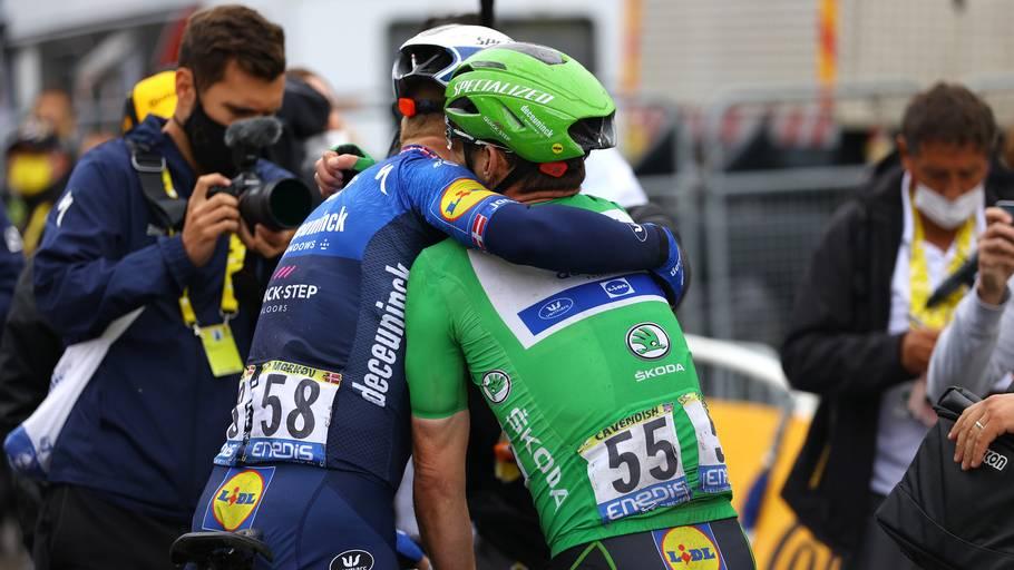 MichaelMørkøv får en krammer af Mark Cavendish, da de to kom i mål. Foto: Tim de Waele/Getty Images