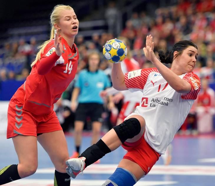 4aed1f6007f Stine Bodholt holder stregen godt for Danmark. Hun får sig en over nallerne  en gang