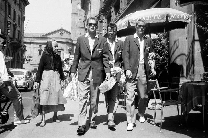 John Danielsen er her på indkøb med Harald Nielsen og Erling Linde Larsen i Livorno under OL i Rom 1960, hvor det blev til sølv. Udenlandske oplevelser var en del af belønningen for at være landsholdsspiller. Foto: Mogens Berger