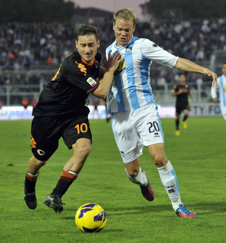 Matti Lund Nielsen spillede i 2012/13 Serie A for Pescara. Holdet fik tyve point den halvsæson, han var der. Halvsæsonen efter blev det kun til to! Her er den nuværende Hvidovre-spiller i duel med Francesco Totti. Foto: Sandro Perozzi