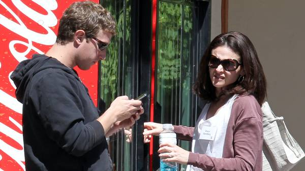 Mark Zuckerberg og Sheryl Sandberg ses her sammen under en konference. Foto: All Over Press