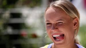 Det kan være farligt at have en splint i øjet. Lattermilde Caroline Wozniacki har fået mange til at grine og andre til at ryste på hovedet. Foto: AP