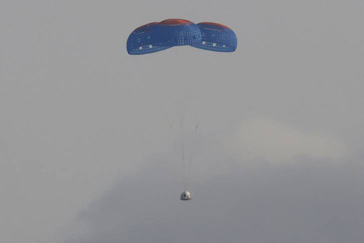 Kapslen landede efter lidt mere end ti minutter ved hjælp af en faldskærm. Foto: Joe Skipper/Ritzau Scanpix