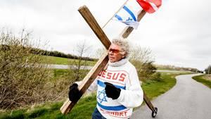 Med kristuskorset på nakken er Moses Hansen efter 10 års pause  frisk på et nyt korstog. Denne gang mod islamisterne: - Deres budskaber fylder alt for meget. (Foto: René Schütze)