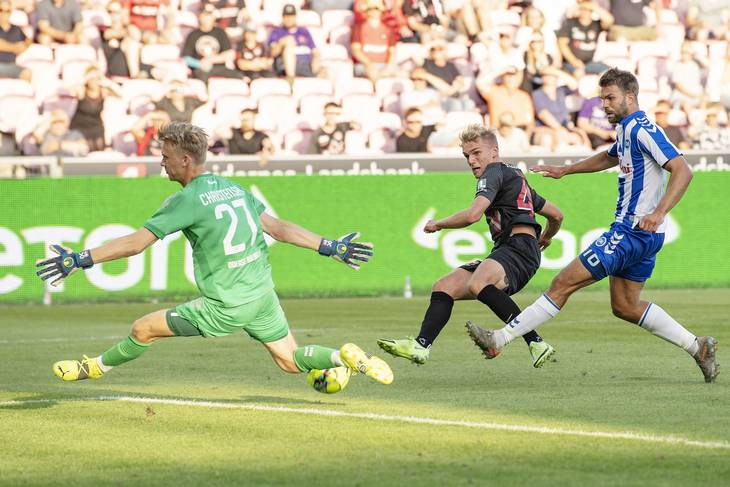 1,90-meter høje Oliver Christensen har de seneste sæsoner vogtet målet for OB. Bo Amstrup/Ritzau Scanpix.