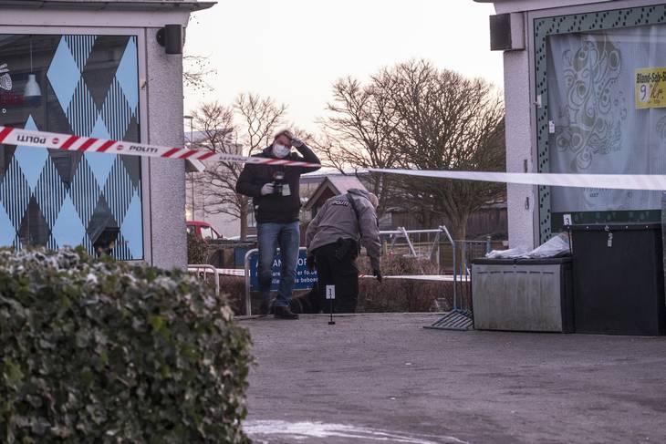 Politiets efterforskere på stedet, hvor den 22-årige blev ramt af skud i benene.