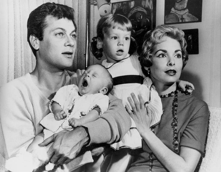 Familien Curtis - far og mor Tony og Janet Leigh - og døtrene Kelly og nyfødte Jamie Lee. AP Photo