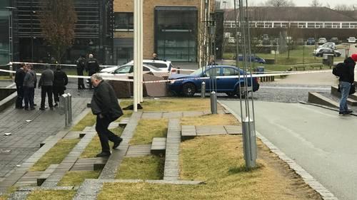 En 14-årig dreng er kommet alvorligt til skade, efter han blev påkørt af en bil foran en skole i Hadsten. Foto: Læserfoto