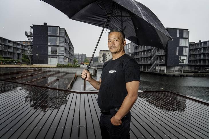 Kim elsker regnvejret af én årsag: Så har han fred i sin lejlighed ved Sluseholmen. Foto: Henning Hjorth