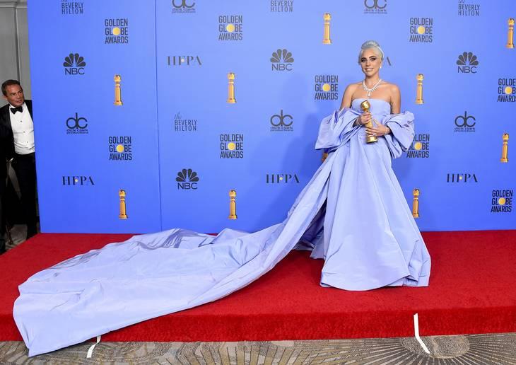 6494bddc7dda Her er Lady Gaga s smukke kjole med det flere meter lange slæb. (Foto