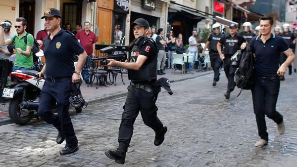 De tyrkiske myndigheder går hårdt til deltagerne af optoget Foto: AP