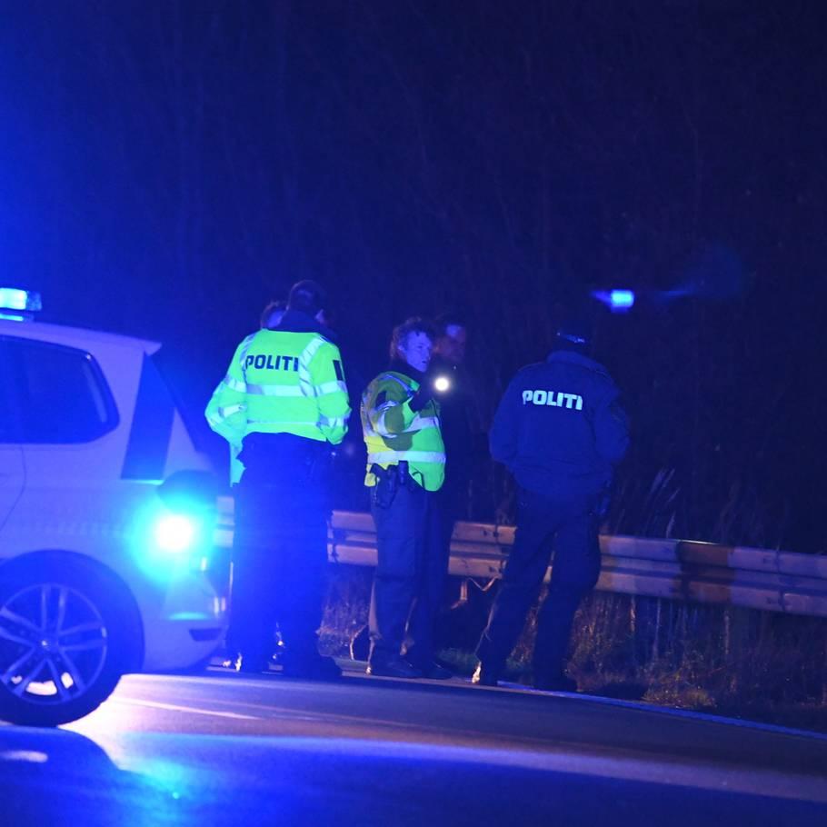 5a0c69d1c Bilist fik et chok: Var tæt på at køre to mænd ned midt på ...