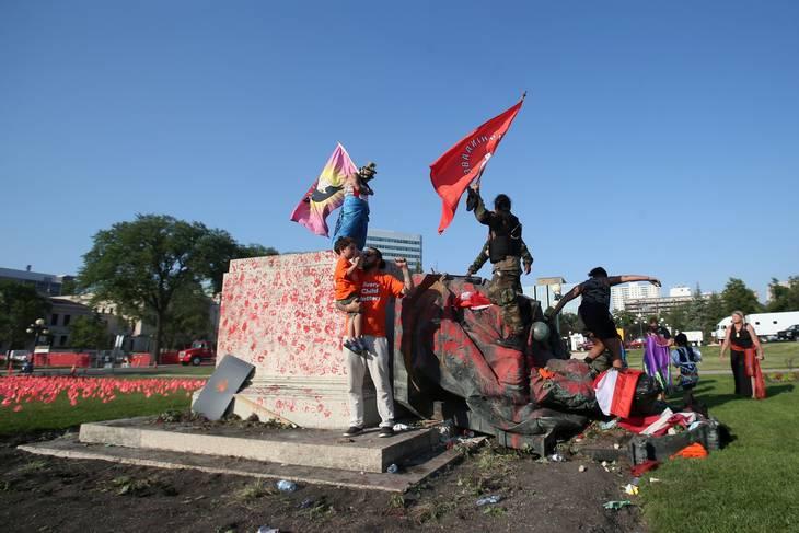 Demonstranter væltede statue af den tidligere britiske dronning Victoria og dækkede hende til med maling. Foto: Shannon Van Raes/Reuters/Ritzau Scanpix