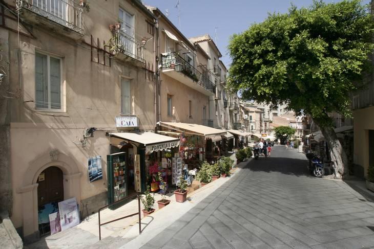 En lille butiksgade i Tropea, som ligger i Calabrien. Arkivfoto: Lars Halbauer/Ritzau Scanpix