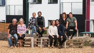 Marianne og Steen, der sidder længst til venstre, var pressede i denne uges 'Nybyggerne'. Foto: TV2