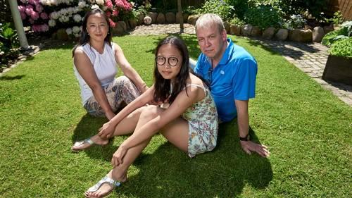 13-årige Yiming Liu flankeret af sin mor Xu Zhan og dennes ægtefælle orlogskaptajn Kjeld Gaard-Frederiksen. På rekordtid har Yiming lært at tale dansk, og hun har fået en stor omgangskreds i Silkeborg. - At hun ikke kan integreres, er det rene vrøvl. Det er hun jo allerede, siger Kjeld Gaard-Frederiksen. (Foto: Claus Bonnerup)